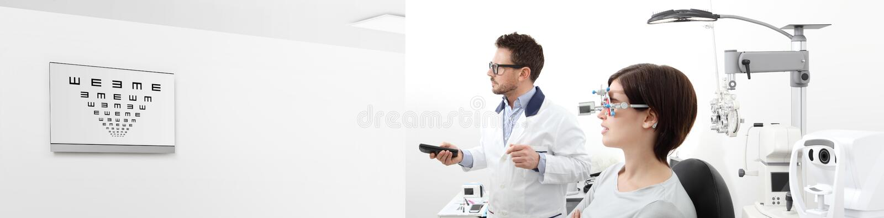 Die Frau im Optometrikerbüro ihr Sehvermögen überprüfend, ist er PO stockbilder