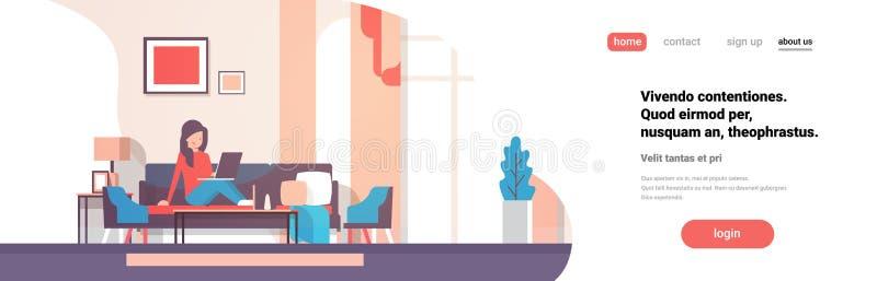 Die Frau, die Innenmoderne Wohnungshauptfrau des Laptopwohnzimmers verwendet, entspannen sich Fahnen-Kopienraum des Konzeptes fla lizenzfreie abbildung