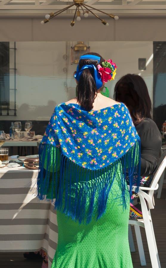 Die Frau kleidete im Flamencotänzerkostüm Cadiz-Feiertag in Spanien feiernd an stockfotografie