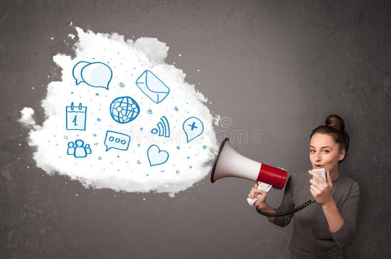 Die Frau, die in Lautsprecher und moderne blaue Ikonen schreien und die Symbole kommen heraus lizenzfreie stockfotos