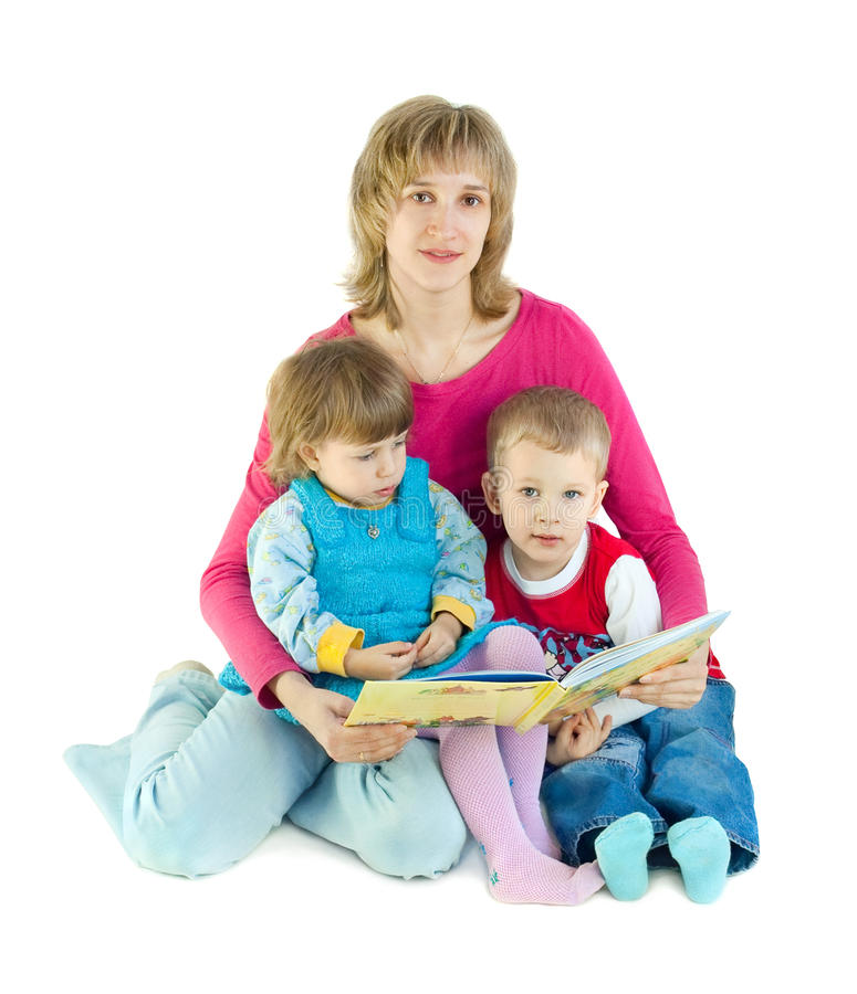 Die Frau liest das Buch zu den Kindern stockbild
