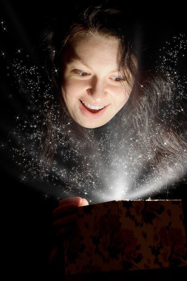 Die Frau mit abstrakter Leuchte von einem Geschenkkasten stockbilder