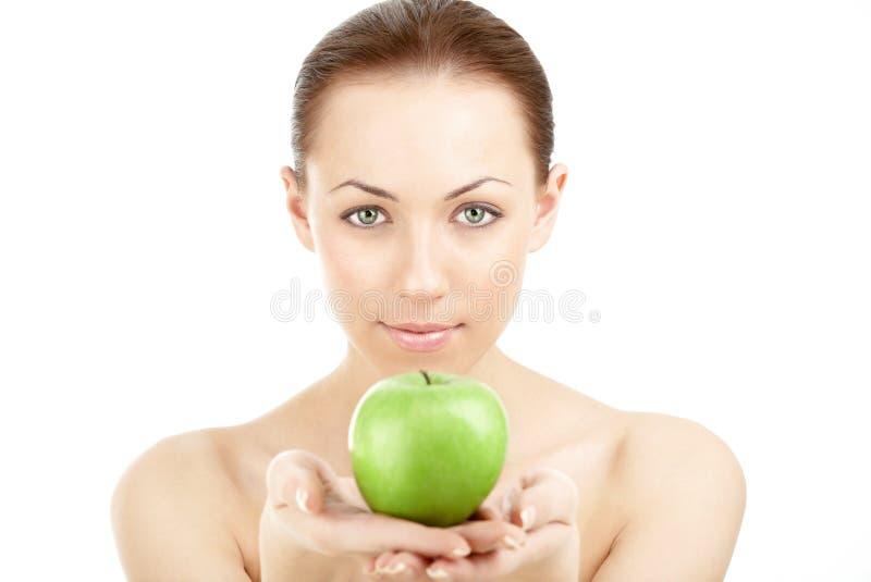 Die Frau mit einem Apfel lizenzfreie stockfotografie