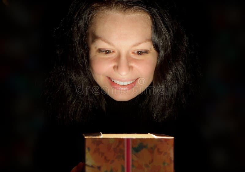 Die Frau mit einem Geschenkkasten lizenzfreies stockfoto