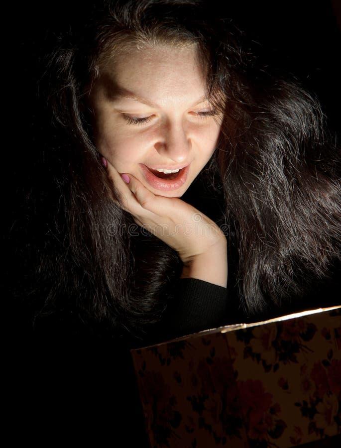 Die Frau mit einem Geschenkkasten lizenzfreie stockfotografie