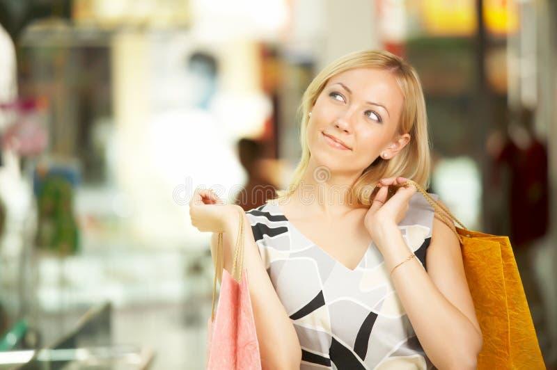 Die Frau mit Käufen lizenzfreies stockbild