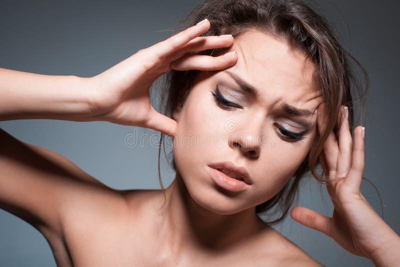 Die Frau mit Kopfschmerzen stockbild