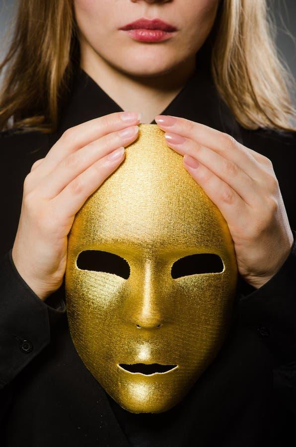 Die Frau mit Maske im lustigen Konzept lizenzfreies stockfoto