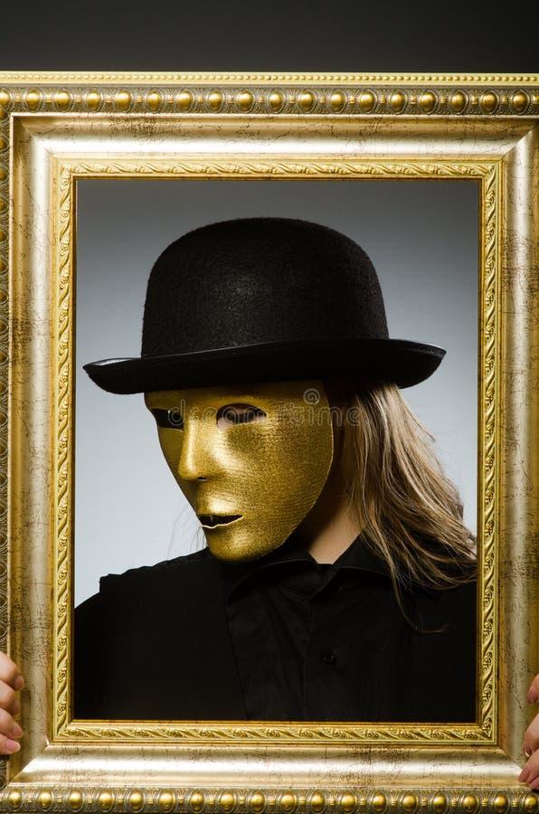 Die Frau mit Maske im lustigen Konzept lizenzfreie stockbilder