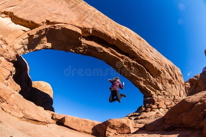 Die Frau springend in Bögen stockbild