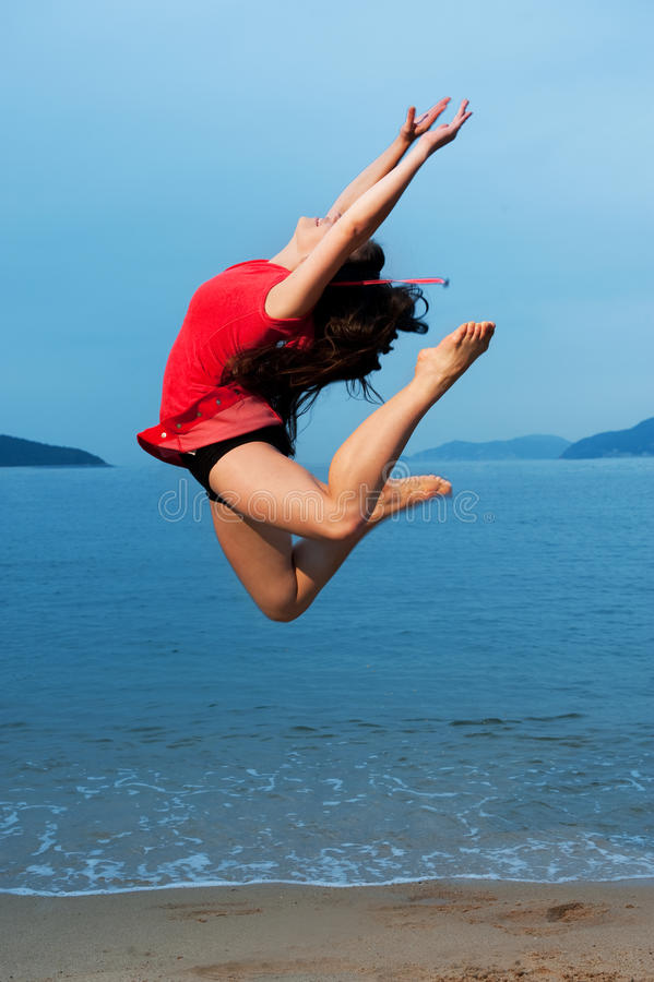 Die Frau springend in das Meer lizenzfreie stockbilder
