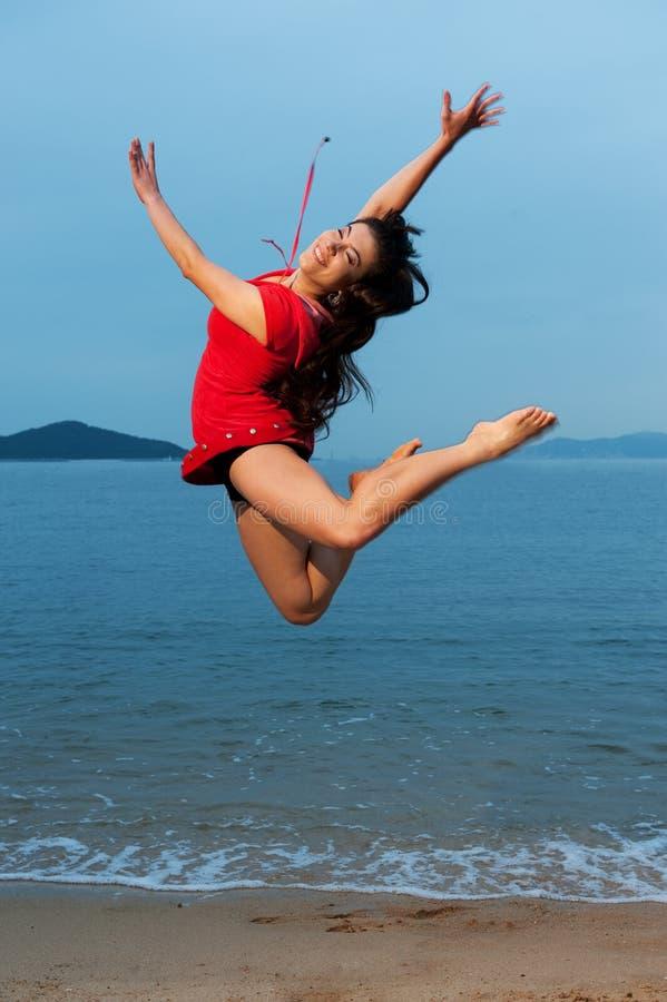 Die Frau springend in das Meer stockfoto
