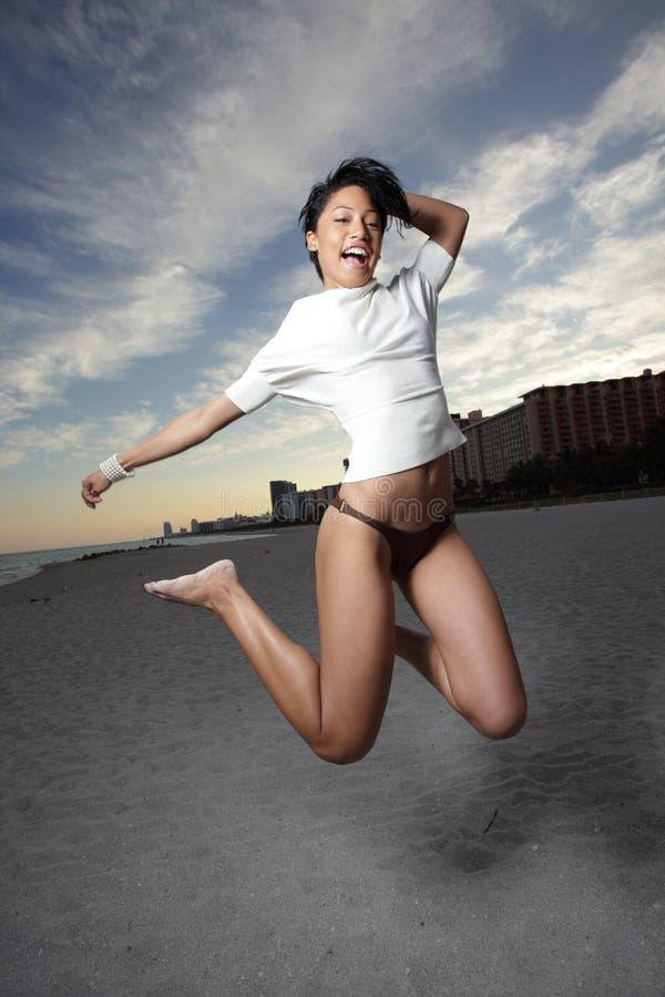Die Frau Springend Für Freude Stockfotografie