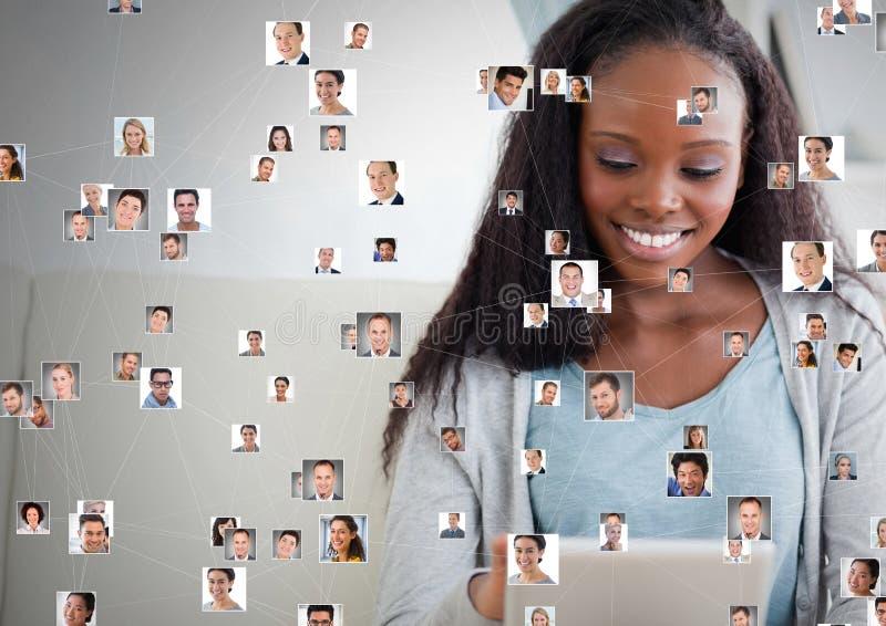 Die Frau, die Tablette mit Profilporträts von Leuten hält, tritt in Verbindung stockfoto