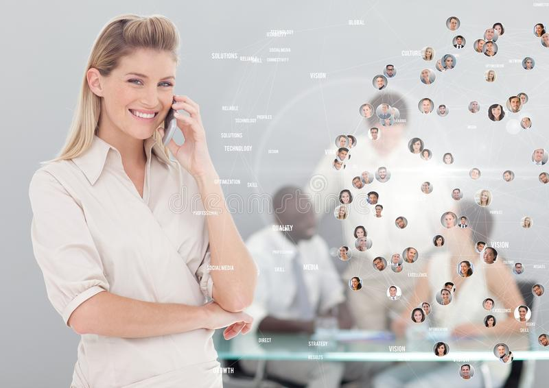 Die Frau, die Telefon mit Profilporträts von Leuten hält, tritt in Verbindung lizenzfreies stockfoto