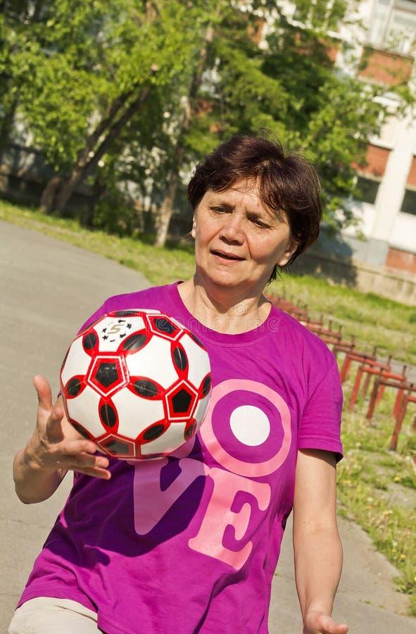 Die Frau tun Übungen mit einem Fußball stockbilder