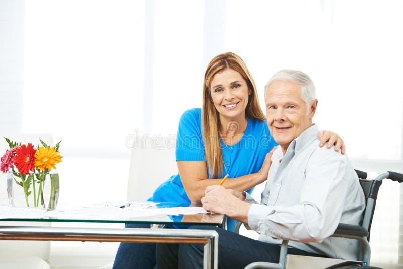 Die Frau und älterer Mann, die ergänzen, bildet sich lizenzfreie stockbilder