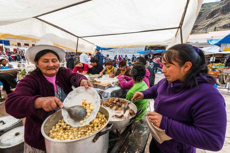 Die Frauen, die Pisac kochen, vermarkten peruanische Anden Pisac Peru stockbild