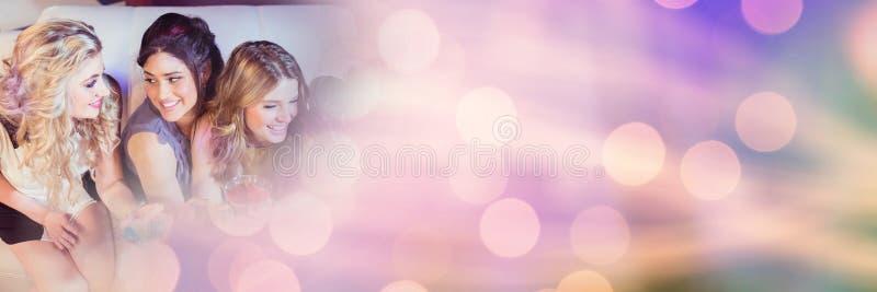 Die Frauen, die Spaßfeierpartei mit dem Funkeln haben, beleuchtet bokeh Übergang lizenzfreies stockbild