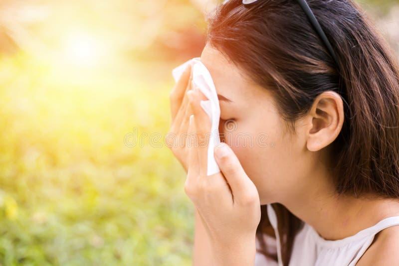 Die Frauen säubern Schweiß auf ihrem Gesicht für sauberes Hautgesicht lizenzfreies stockbild