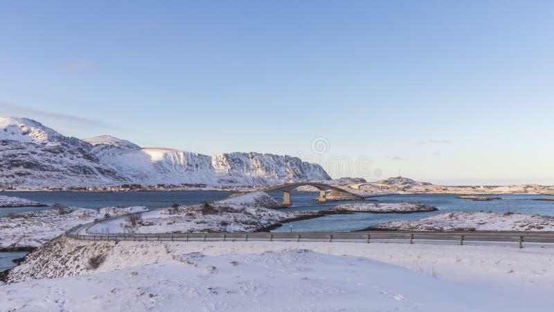 Die Fredvang-Brücken schließen die Inseln Flakstadøya und Mosken an stockfoto