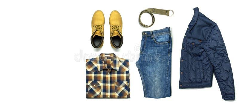 Die Freizeitbekleidung flacher gelegter Satz Männer, gelbe Schuhe nubuck kariertes Hemd der Jackenblue jeans gurten lokalisierte  stockbilder