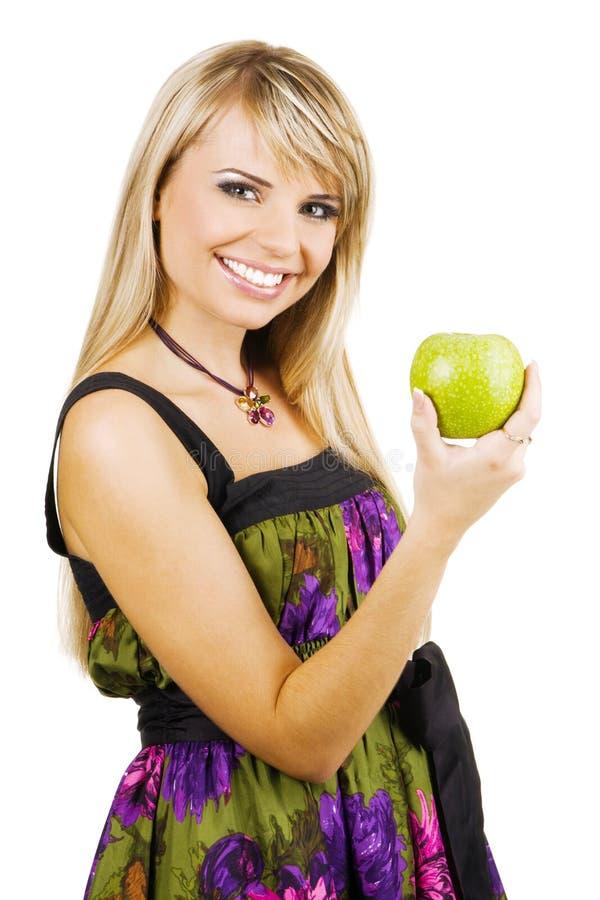 Die freundliche junge Frau, die ein frisches anhält, freen Apfel stockfotos