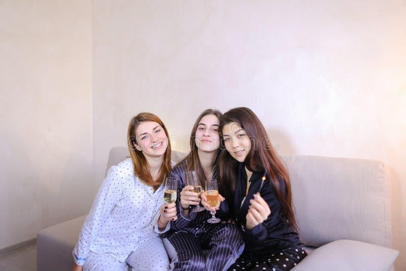 Die freundlichen kühlen Freundinnen verbringen Zeit und klatschen, feiern h lizenzfreie stockfotografie