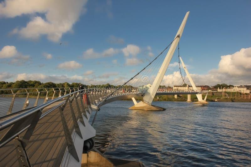 Die Friedensbrücke Derry Londonderry Nordirland Vereinigtes Königreich lizenzfreie stockbilder