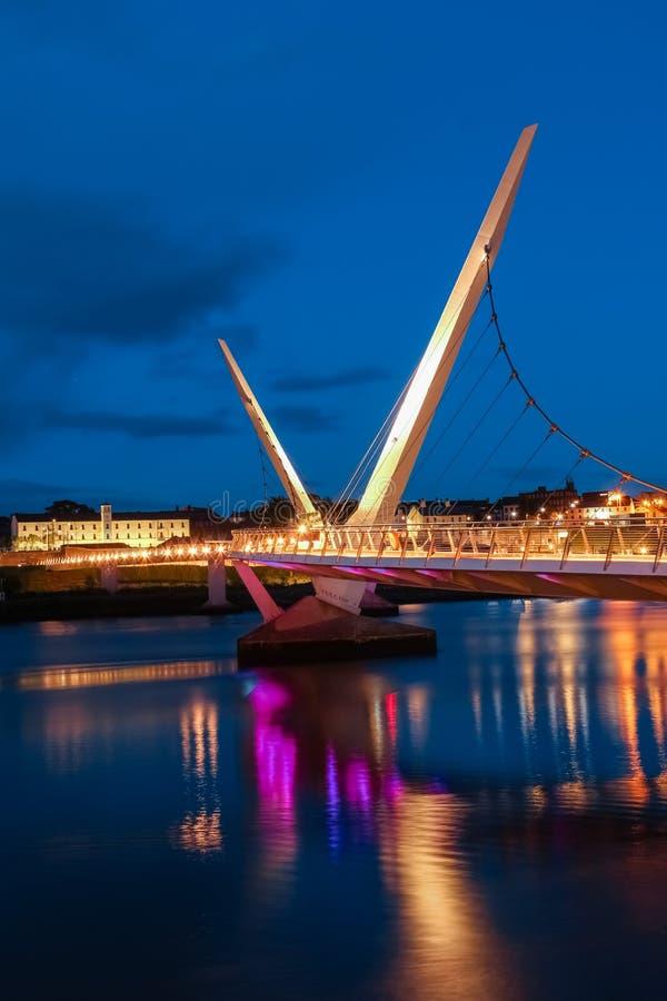 Die Friedensbrücke Derry Londonderry Nordirland Vereinigtes Königreich lizenzfreies stockbild