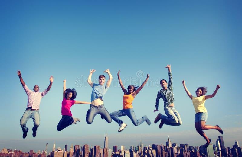 Die frohen Naturen Freundschafts-Glück-Stadt-Konzept springend lizenzfreie stockfotografie