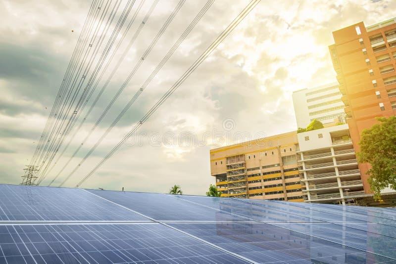 Die Front des Eigentums ist ein Sonnenkollektor, der Hintergrund ist a stockfotografie