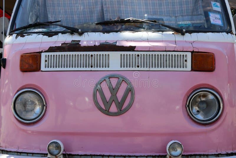 Die Front rosa Volkswagen-Packwagens mit Metalllogo und -scheinwerfern lizenzfreies stockfoto