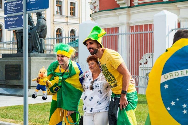 Die Fußball-Weltmeisterschaft 2018 Frau fotografierte mit brasilianischen Fans auf Bogoyavlensky-Weg stockbild