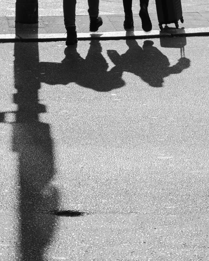 Die Fußgänger treffen sich jeden Tag auf der Beschränkung stockfotos