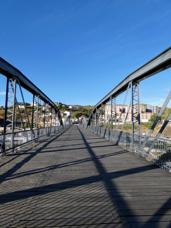 Die Fußgängerbrücke von Regua, Portugal lizenzfreies stockbild