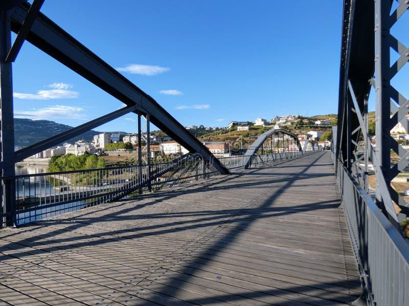 Die Fußgängerbrücke von Regua, Portugal stockfotografie