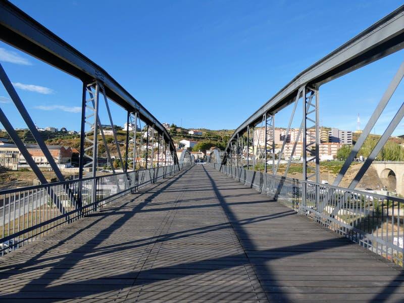 Die Fußgängerbrücke von Regua, Portugal lizenzfreie stockbilder