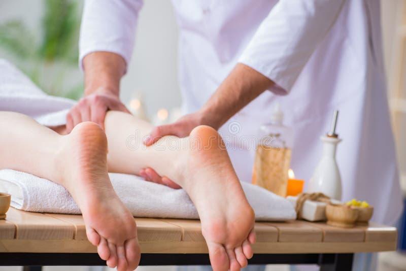 Die Fußmassage im medizinischen Badekurort stockbild