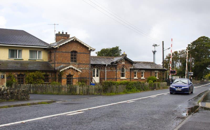 Die geüberholte Station und automatische die Schienenüberfahrt am townland von Bellerena in der Grafschaft Londonderry, Irland stockbild