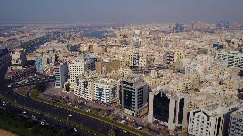 Die Gebäude im Emirat von Dubai Schattenbild des kauernden Geschäftsmannes Dubai, Arabische Emirate Vogelperspektive des Geschäft stockbilder