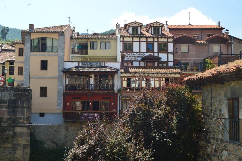 Die Gebäude, die von der anderen Seite des Flusses gesehen wurden, rührten von die mittelalterliche Ära im Landhaus-De Potes her  stockfotografie