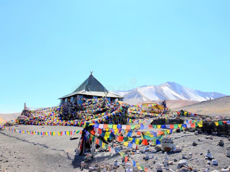 Die Gebetsflagge auf dem hohen Berg durch Pangong See, Leh Ladakh, Indien lizenzfreies stockbild