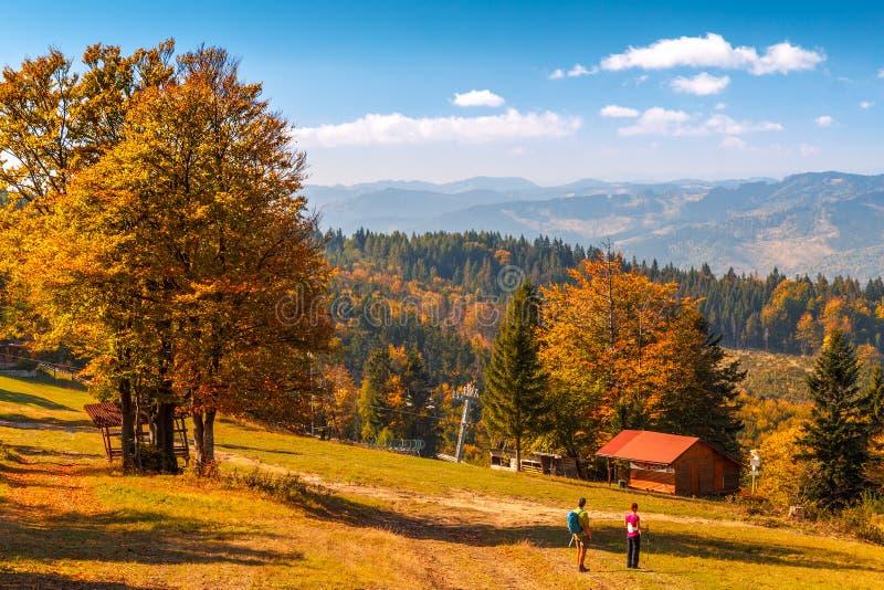 Die Gebirgslandschaft mit Touristen stockfotografie