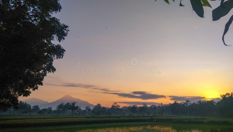 Die Gebirgslandschaft morgens stockfoto