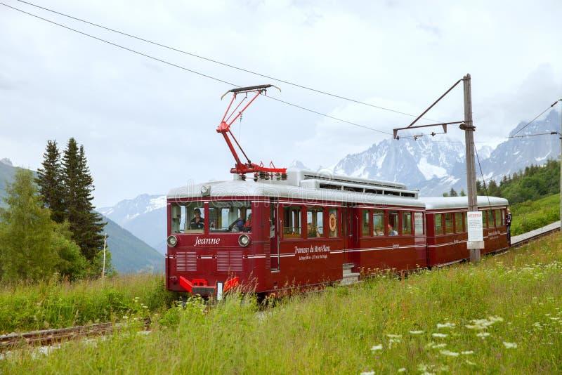 Die Gebirgstram läuft von Heilig-Gervais-les-b zur Nid-d'Aigle Station am Bionnassay-Gletscher lizenzfreie stockbilder