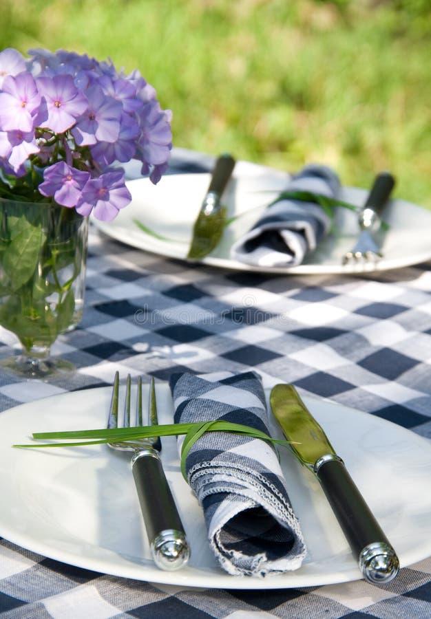 Die gediente Tabelle mit Blumenstrauß stockfotografie