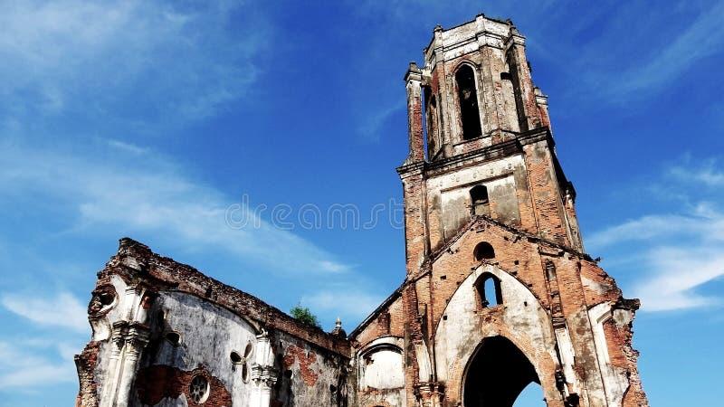 Die gefallene Kirche wird mit einzigartigen Architektureigenschaften verlassen stockfoto