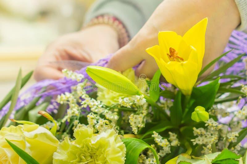 Die gelbe Blume im Blumenstrauß stockfotografie