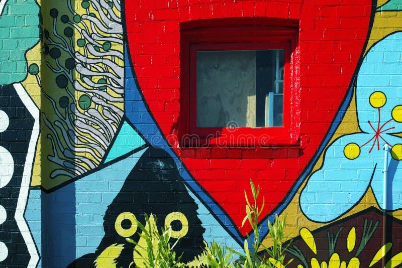 Die gemalte Wand eines Altbaus stockfoto